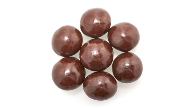 Semi-sweet dark chocolate (sugar, chocolate liquor, cocoa butter, chocolate liquor processed with  alkali, soya lecithin (emulsifier), vanilla,  salt, artificial flavour), macadamia nuts, confectioner's glaze, arabic gum.