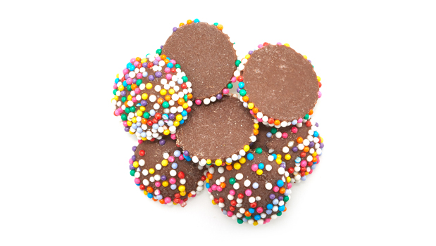 Sugar, assorted nonpareils (sugar, corn starch, confectioner's glaze, glucose, titanium dioxide, artificial colours (*), carnauba wax), hydrogenated palm kernel oil, cocoa powder, whey powder, powder whey protein concentrate, chocolate liquor, cocoa powder (processed with alkali), soya lecithin, natural flavour. 
